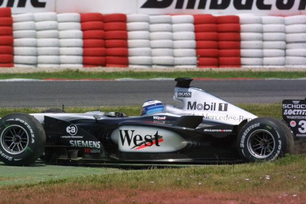 2001 Spanish Grand PrixCatalunya, Barcelona, Spain. 27-29 April 2001.Mika Hakkinen (McLaren MP4/16 Mercedes) takes a trip across the grass.World Copyright - LAT Photographicref: 8 9 MB Digital File