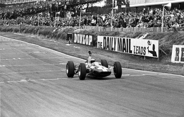 1964 British Grand Prix.Brands Hatch, England.9-11 July 1964.Jim Clark (Lotus 25 Climax) 1st position.Ref-11057D/21A.World Copyright - LAT Photographic