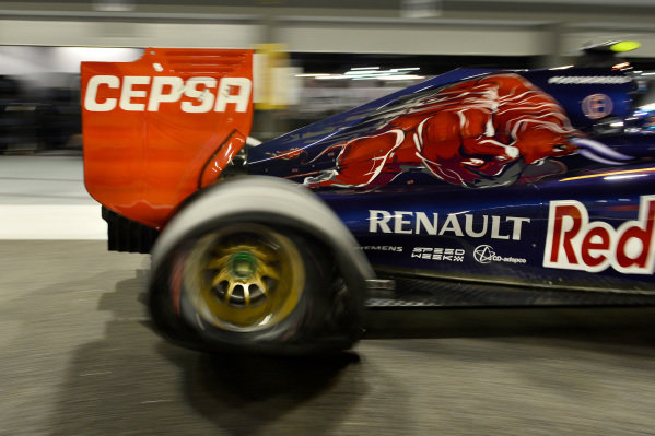 Daniil Kvyat (RUS) Scuderia Toro Rosso STR9 with a puncture. Formula One World Championship, Rd14, Singapore Grand Prix, Marina Bay Street Circuit, Singapore, Qualifying, Saturday 20 September 2014. BEST IMAGE