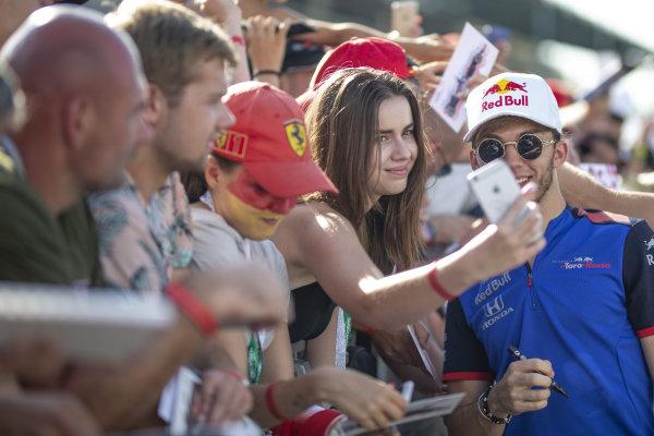 Pierre Gasly (FRA) Scuderia Toro Rosso fans selfie