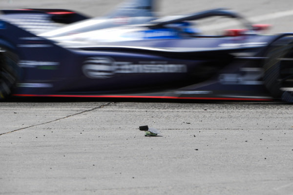 Sam Bird (GBR), Envision Virgin Racing, Audi e-tron FE06 passes debris on the track