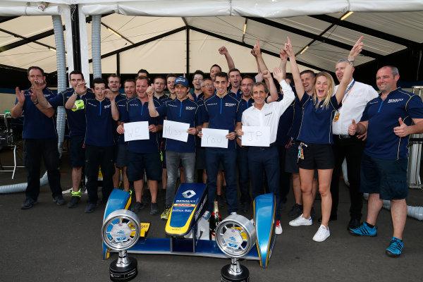2014/2015 FIA Formula E Championship. London e-Prix, Battersea Park, London, UK. Saturday 27 June 2015. Sebastien Buemi (SWI)/E.dams Renault - Spark-Renault SRT_01E, Nicolas Prost (FRA)/E.dams Renault - Spark-Renault SRT_01E, Alain Prost and the eDams team celebrate winning the constructors championship. World Copyright: Sam Bloxham/LAT Photographic/Formula E. ref: Digital Image _SBL9600