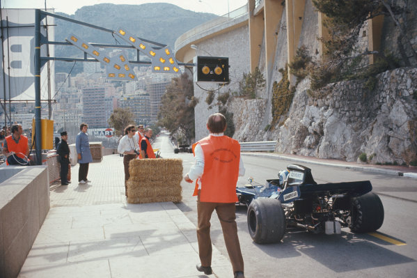1972 Monaco Grand Prix.  Monte Carlo, Monaco. 11-14th May 1972.  François Cevert, Tyrrell 002 Ford, waits with marshals just ahead of the new pitlane entrance.  Ref: 72MON58. World Copyright: LAT Photographic