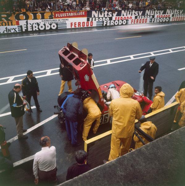 Le Mans, France. 13-14 June 1970. Andrea de Adamich/Piers Courage (Alfa Romeo T33/3), retired, pit stop action.  World Copyright: LAT Photographic Ref: 70MFLM
