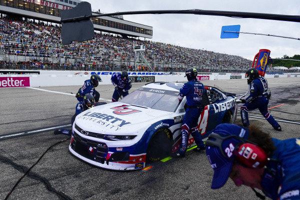 #24: William Byron, Hendrick Motorsports, Chevrolet Camaro Liberty University pit stop