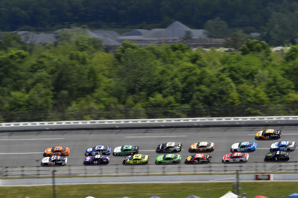 #24: William Byron, Hendrick Motorsports, Chevrolet Camaro Liberty University and #22: Joey Logano, Team Penske, Ford Mustang Autotrader