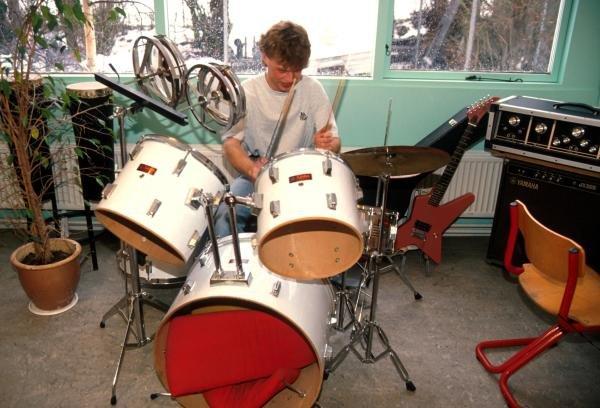 Jan Magnussen (DEN) bangs the drums. Formula One Drivers at Home Feature.Catalogue Ref.: 15-172Sutton Motorsport Images Catalogue