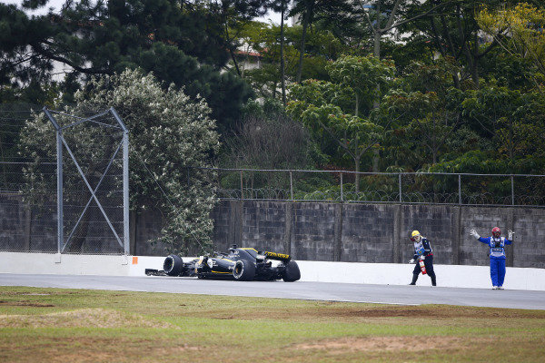 Marshals remove the wrecked Nico Hulkenberg Renault Sport F1 Team R.S. 18. in FP2.