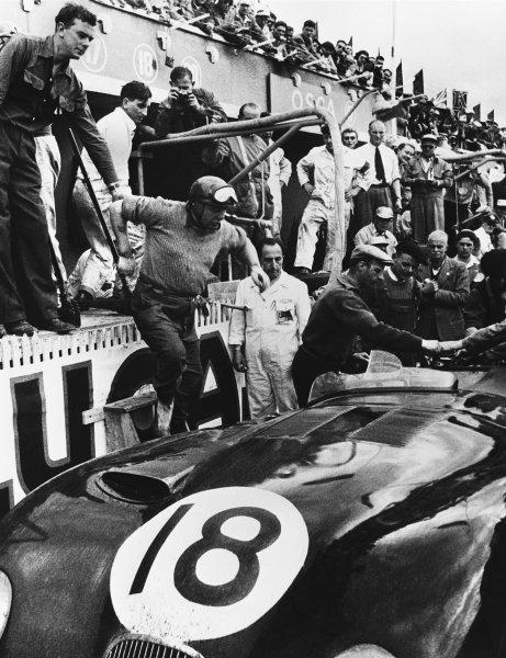 Le Mans, France. 13th - 14th June 1953 Tony Rolt/Duncan Hamilton (Jaguar XK120 C), 1st position, pit stop and driver change, action. World Copyright: LAT Photographic Ref: B/WPRINT.