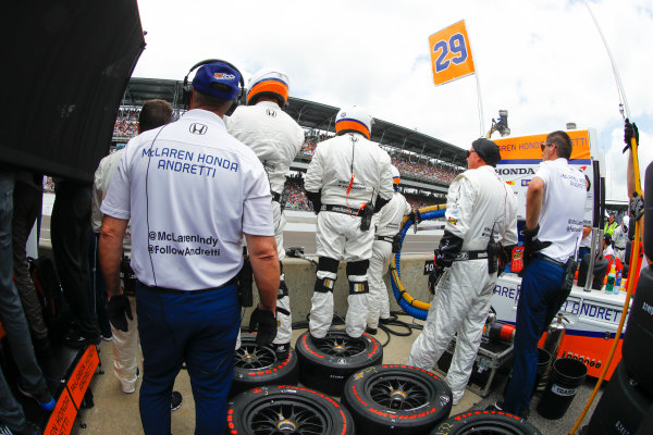 Verizon IndyCar Series Indianapolis 500 Race Indianapolis Motor Speedway, Indianapolis, IN USA Sunday 28 May 2017 The crew of Fernando Alonso, McLaren-Honda-Andretti Honda. World Copyright: Steven Tee/LAT Images ref: Digital Image _R3I8636