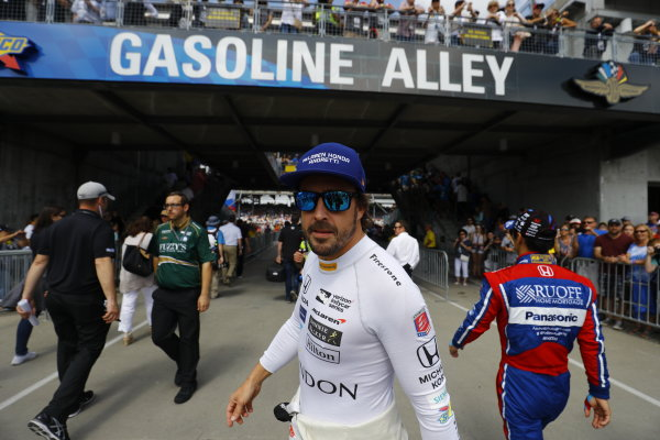 Verizon IndyCar Series Indianapolis 500 Race Indianapolis Motor Speedway, Indianapolis, IN USA Sunday 28 May 2017 Fernando Alonso, McLaren-Honda-Andretti Honda, greets the fans before the race. World Copyright: Steven Tee/LAT Images ref: Digital Image _R3I7583