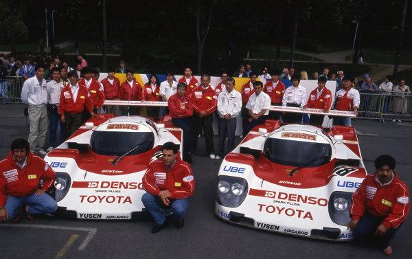 (L to R): Pierre-Henri Raphanel (FRA), Roland Ratzenberger (AUT) and Naoki Nagasaka (JPN) line up with Toyota Team SARD. Le Mans 24 Hours, Le Mans, France, 16-17 June 1990.