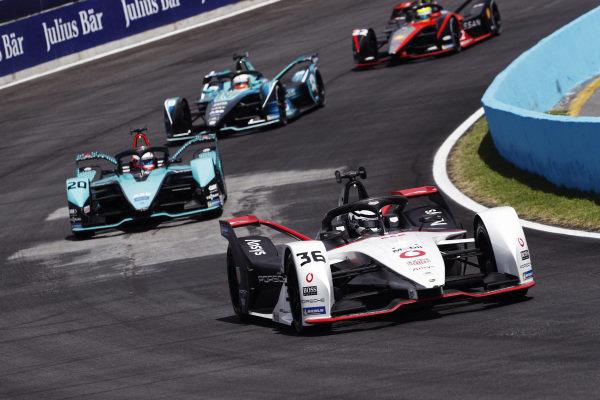 Andre Lotterer (DEU), Tag Heuer Porsche, Porsche 99X Electric, leads Mitch Evans (NZL), Jaguar Racing, Jaguar I-TYPE 5, and Oliver Turvey (GBR), NIO 333, NIO 333 001