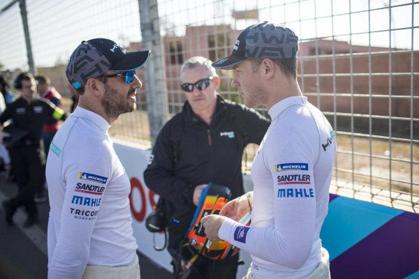 Gary Paffett (GBR), HWA Racelab, and Stoffel Vandoorne (BEL), HWA Racelab, talk on the grid
