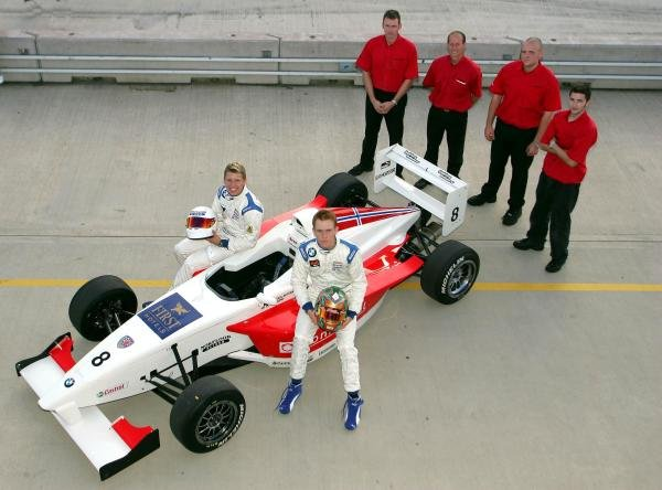 2004 Fortec Motorsport team shot.