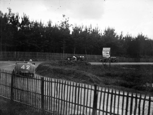 Jean-Albert Grégoire / Fernand Vallon, Tracta Type A, chases Jack Bezzant / Cyril Paul, Aston Martin Ltd./Lord Charnwood, Aston Martin International (#26), and Maurice Harvey / Harold Purdy, Alvis FA FWD (#27).