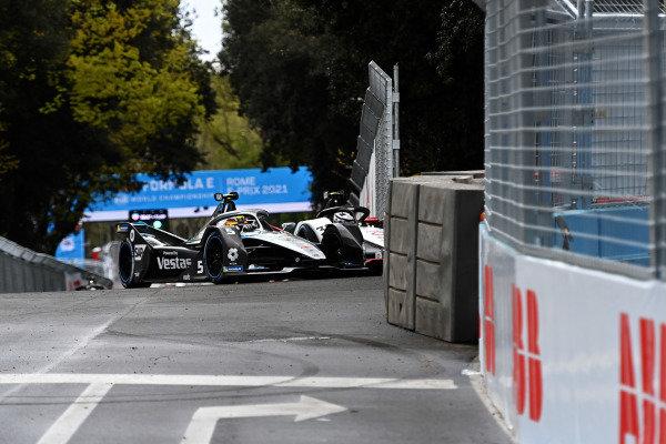 Stoffel Vandoorne (BEL), Mercedes Benz EQ, EQ Silver Arrow 02, comes together with Andre Lotterer (DEU), Tag Heuer Porsche, Porsche 99X Electric