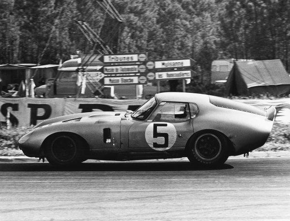 Le Mans, France. 20th - 21st June 1964.Bob Bondurant/Dan Gurney (AC Cobra Daytona ), 4th position, action. World Copyright: LAT Photographic.Ref:  Autocar Used Pic 26th June 1964 Pg 1227.