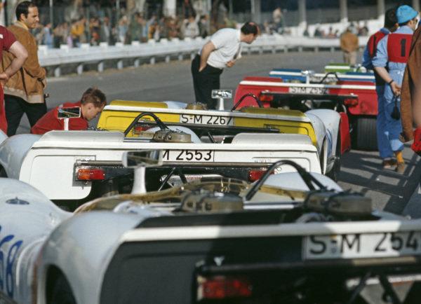 Porsche 908s line up along the pitlane.