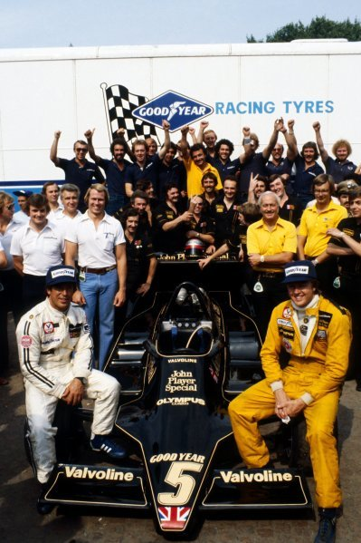 A pre-race celebration photograph organised by Goodyear for Team Lotus who had secured the Constructors' Championship. Sixth placed Mario Andretti (USA) Lotus (Left) clinched the World Drivers' Championship tragically as a result of losing his team mate Ronnie Peterson (SWE) (Right) to a fatal accident at the start of the race. Some of the mechanics offer a cheeky 'V' sign! Italian Grand Prix, Rd 14, Monza, Italy, 10 September 1978. BEST IMAGE