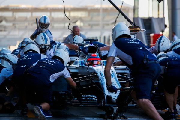 Yas Marina Circuit, Abu Dhabi, United Arab Emirates. Wednesday 29 November 2017. Robert Kubica, Williams FW40 Mercedes, makes a pit stop. World Copyright: Joe Portlock/LAT Images  ref: Digital Image _L5R0919