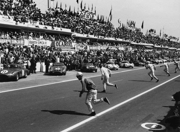 Le Mans, France. 23rd - 24th June 1962 Drivers run to their cars in the traditional way at the start to the race, action. World Copyright: LAT Photographic Ref:  9951B - 21A-22.