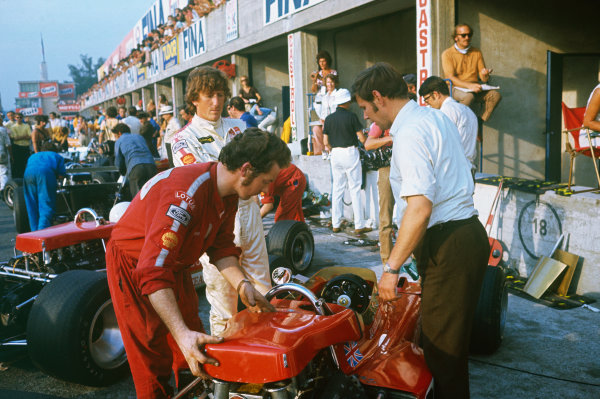 Monza, Italy. 4th - 6th September 1970. Jochen Rindt (Lotus 72C-Ford), DNS, during practice before his fatal accident. Eddie Dennis and chief mechanic, Dick Scammell prepare the car in the pits, portrait. World Copyright: LAT Photographic Ref: 70 ITA 16.