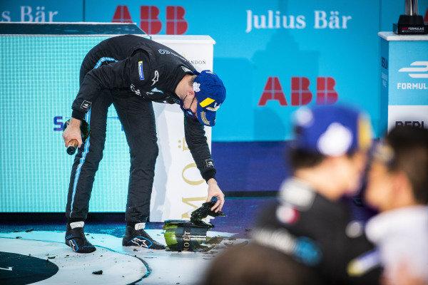 Stoffel Vandoorne (BEL), Mercedes Benz EQ, 1st position, breaks his champagne