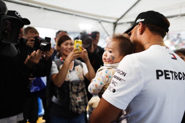Lewis Hamilton, Mercedes AMG F1, meets a very young fan