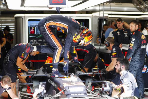 Alexander Albon, Red Bull Racing, climbs into his car