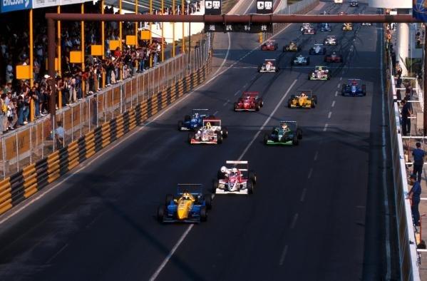 Enrique Bernoldi (BRA) Dallara F398-Renault leads away from the start. He would finish third.Formula Three Macau Grand Prix, Hong Kong, 22 November 1998