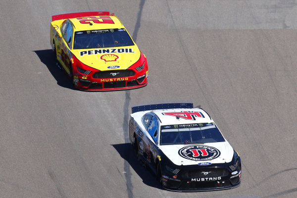 #4: Kevin Harvick, Stewart-Haas Racing, Ford Mustang Jimmy John's and #22: Joey Logano, Team Penske, Ford Mustang Shell Pennzoil