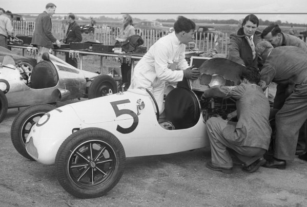 1948 500cc race, British Grand Prix meeting.Silverstone, Great Britain.2 October 1948.Stirling Moss (Cooper) in the paddock with his mechanics and his mother and father on right.World - LAT Photographic