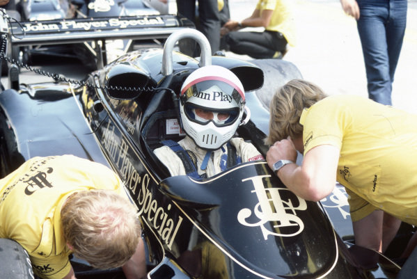 Elio de Angelis, Lotus 91 Ford, in the pits.