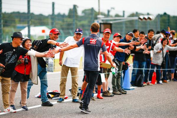 Suzuka Circuit, Japan. Thursday 05 October 2017. Romain Grosjean, Haas F1, meets fans. World Copyright: Andy Hone/LAT Images  ref: Digital Image _ONZ0632