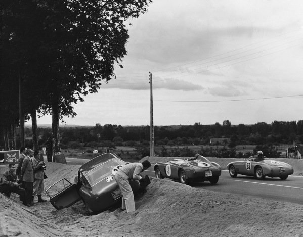 Le Mans, France. 12th - 13th June 1954 Lucien Farnaud/Adolfo Macchieraldo (Osca MT4 1100), retired, passes Umberto Maglioli/Paolo Marzotto (Ferrari 375 Plus), retired, as Porfirio Rubirosa/Innocente Baggio (Ferrari 375 MM Berlinetta), retired, trying to dig himself out of the gravel trap, action. World Copyright: LAT Photographic Ref: Autocar Glass Plate C39217.