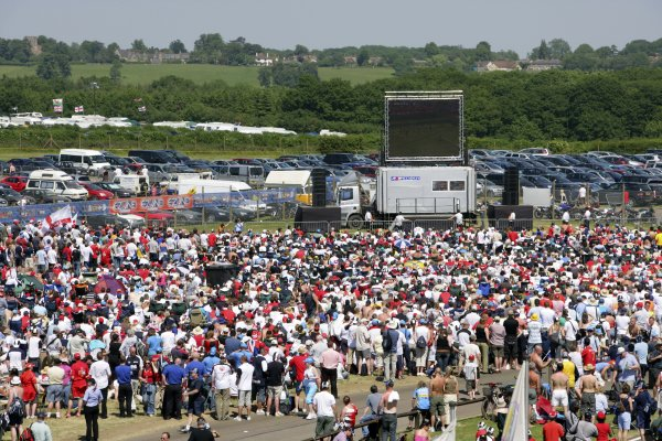2006 British Grand Prix - Saturday Qualifying Silverstone, England. 8th - 11th June. Fans watch the England versus Paraguay World Cup match, atmosphere. World Copyright: Lorenzo Bellanca/LAT Photographic ref: Digital Image ZD2J3535