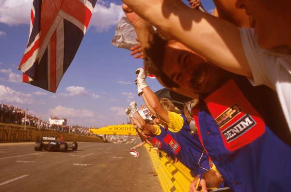 Kyalami, South Africa.17-19 October 1985.Nigel Mansell (Williams FW10 Honda) punches the air after taking the win.Ref-85 SA 09.World Copyright - LAT Photographic