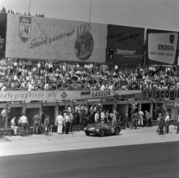 Mike Hawthorn / Peter Collins, Ferrari 250 TR, makes a pitstop.