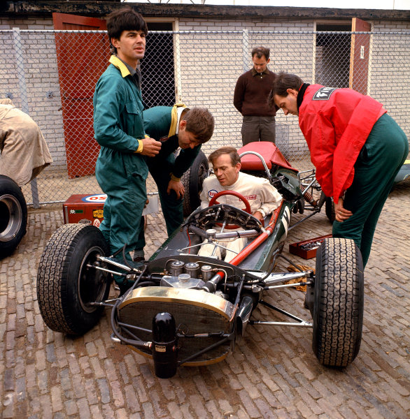 1966 Dutch Grand Prix.Zandvoort, Holland.22-24 July 1966.Peter Arundell (Team Lotus) sits in his Lotus 33 BRM and discusses things with his mechanics.World Copyright - LAT Photographic