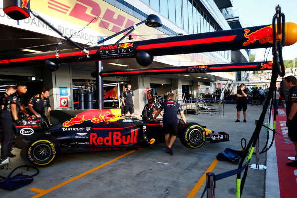 Sochi Autodrom, Sochi, Russia. Thursday 27 April 2017. The Daniel Ricciardo, Red Bull Racing RB13 TAG Heuer, is manoeuvred in the put lane. World Copyright: Andy Hone/LAT Images ref: Digital Image _ONY9146