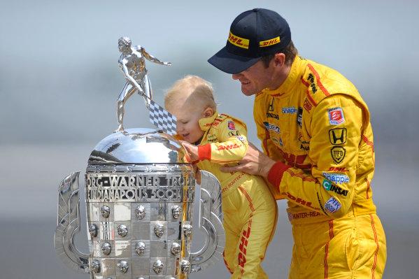 26 May, 2014, Indianapolis, Indiana, USA Winner Ryan Hunter-Reay and son Ryden ?2014, F. Peirce Williams LAT Photo USA