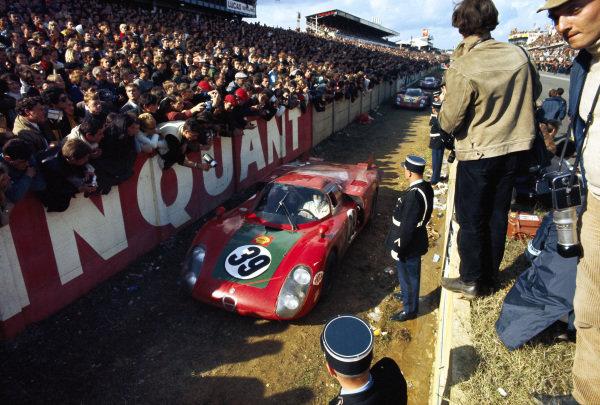 Ignazio Giunti / Nanni Galli, Autodelta S.P.A., Alfa Romeo T33/2 passes the crowd after the finish.