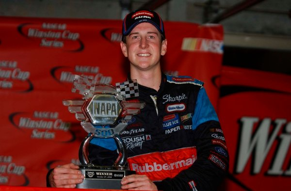 2002 NASCAR Atlanta Motor Speedway, October 25, 2002 NAPA 500/Aaron 's 312Kurt Busch by winning trophy,-Robt LeSieur2002LAT Photographic