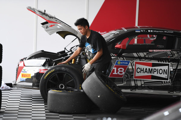 Mechanics in the Paddock at Audi R8 LMS Cup, Rd7 and Rd8, Shanghai, China, 8-10 September 2017.