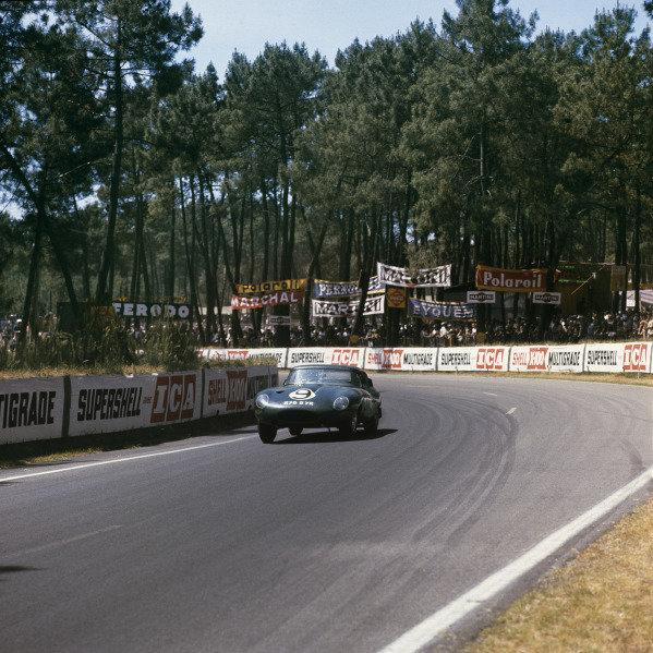 Le Mans, France. 22 - 23 June 1962Peter Lumsden/Peter Sargent (Jaguar E-Type), 5th position, action.World Copyright: LAT PhotographicRef: 562