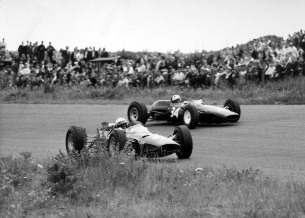 1965 Dutch Grand Prix.Zandvoort, Holland. 18 July 1965.Lorenzo Bandini, Ferrari 158, 9th position, and Richard Attwood, #34 Lotus 25-BRM, 12th position, action.World Copyright: LAT PhotographicRef: Autocar b&w print