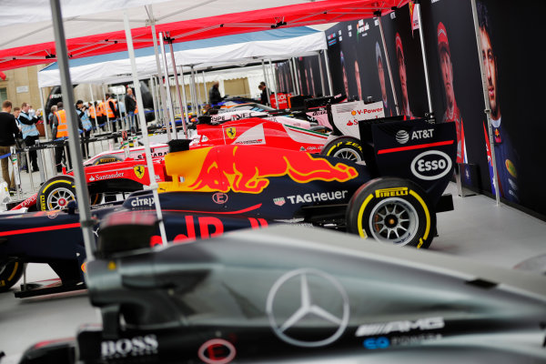 F1 Live London. London, United Kingdom. Wednesday 12 July 2017. A line-up of Formula 1 cars in Trafalgar Square ahead of the London F1 street demonstration. L-R: A Mercedes, Red Bull, Ferrari, Force India, Williams, McLaren, Toro Rosso and Haas. World Copyright: Zak Mauger/LAT Images ref: Digital Image: _54I1647
