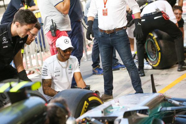Yas Marina Circuit, Abu Dhabi, United Arab Emirates. Thursday 23 November 2017. Lewis Hamilton, Mercedes AMG, joins in with the practice pitstops. World Copyright: Charles Coates/LAT Images  ref: Digital Image AN7T0331