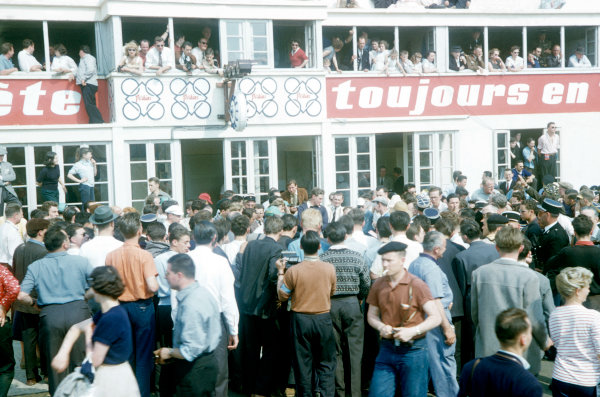 Le Mans, France. 22-23 June 1957. Crowds in the pits. World Copyright: LAT Photographic Ref: 57LM17